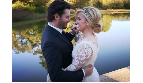 Singer Kelly Clarkson Is Expecting Her First Child With Husband Brandon Blackstock