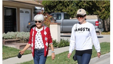 Amanda Bynes looking healthy, dogwalking with her parents